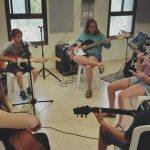 שיעור גיטרה בקבוצה