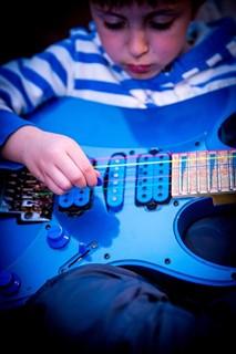 מנגן בגיטרה חשמלית
