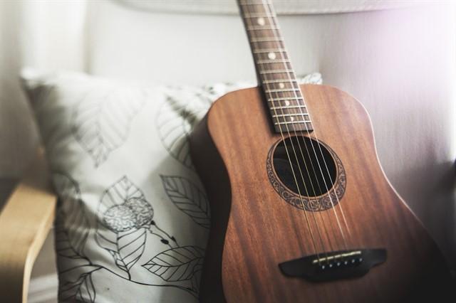 לימוד נגינה בגיטרה אקוסטית