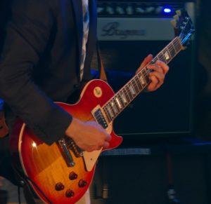 ללמוד לנגן בגיטרה חשמלית